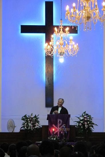 Amang Pdt. Nelson Siregar sedang menyampaikan kotbah pada Ibadah Advent I Pemuda HKBP Yogyakarta.